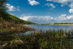 一个美丽的蓝色湖 免版税库存图片