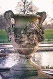 一个美丽的被雕刻的花瓶在意大利庭院在肯辛顿庭院里,伦敦里 免版税库存图片