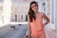 一个美丽的西班牙十几岁的女孩的画象 库存照片