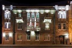 一个美丽的豪宅有猫头鹰的房子在现代样式在晚上,沃罗涅日,俄罗斯 免版税图库摄影