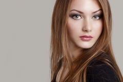 一个美丽的迷人的可爱的柔和的女孩的画象有传神眼睛的 免版税图库摄影