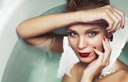 一个美丽的迷人的金发碧眼的女人的画象在水,秀丽温泉c中 库存图片