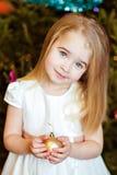 一个美丽的逗人喜爱的女孩小金发碧眼的女人的画象有平直的hai的 免版税库存图片