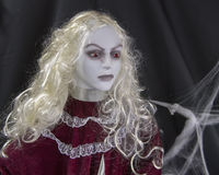 一个美丽的金发妖怪夫人的特写镜头 免版税库存图片