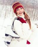 一个美丽的金发碧眼的女人的冬天画象 图库摄影