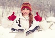 一个美丽的金发碧眼的女人的冬天画象 库存照片