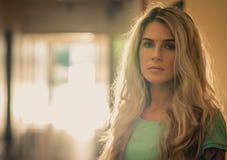一个美丽的金发碧眼的女人的特写镜头画象黑点走廊的 免版税库存照片