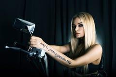 一个美丽的金发碧眼的女人的画象黑背景的 免版税库存图片