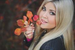 一个美丽的金发碧眼的女人的秋天画象 图库摄影
