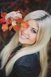 一个美丽的金发碧眼的女人的秋天画象 库存图片