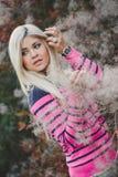 一个美丽的金发碧眼的女人的秋天画象 库存照片
