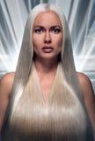 一个美丽的金发碧眼的女人的画象有未来派头发的 库存图片