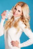 一个美丽的金发碧眼的女人的画象用雪花手 图库摄影