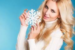一个美丽的金发碧眼的女人的画象用雪花手 免版税库存照片