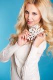 一个美丽的金发碧眼的女人的画象用雪花手 免版税图库摄影