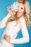一个美丽的金发碧眼的女人的画象用雪花手 库存图片