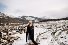一个美丽的金发碧眼的女人的画象黑海角的,北欧海盗 免版税图库摄影