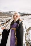 一个美丽的金发碧眼的女人的画象黑海角的,北欧海盗 免版税库存图片