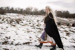 一个美丽的金发碧眼的女人的画象黑海角的,北欧海盗 图库摄影