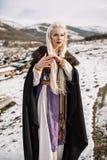 一个美丽的金发碧眼的女人的画象黑海角的,北欧海盗 免版税库存照片