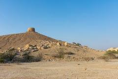 一个美丽的阿拉伯联合酋长国堡垒有蓝天背景和一个岩石沙漠前景 免版税图库摄影