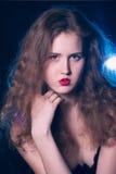 一个美丽的青少年的女孩的纵向有长的卷发的 免版税库存图片
