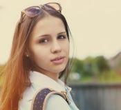 一个美丽的青少年的女孩的画象日落光的 图库摄影