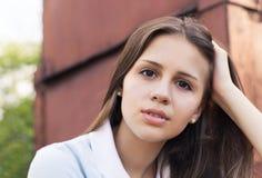 一个美丽的青少年的女孩的画象日落光的 免版税库存图片
