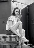 一个美丽的青少年的女孩的画象日落光的 免版税图库摄影