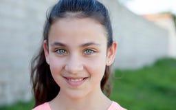 一个美丽的青春期前的女孩的画象有蓝眼睛的 免版税库存照片