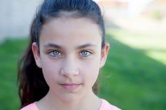 一个美丽的青春期前的女孩的画象有蓝眼睛的 库存照片