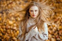 一个美丽的非常逗人喜爱的女孩的画象有长的直发的, 免版税库存图片