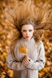 一个美丽的非常逗人喜爱的女孩的画象有长的直发的, 图库摄影