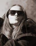 一个美丽的非常逗人喜爱的女孩的画象有长的直发的 图库摄影