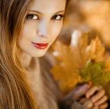 一个美丽的非常逗人喜爱的女孩的画象有长的直发的a 免版税图库摄影