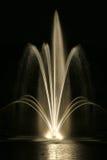 使喷泉环境美化在晚上 免版税库存照片