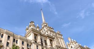 一个美丽的高楼,乌克兰旅馆的大厦的部分的背景的斯大林摩天大楼反对蓝色s的 免版税图库摄影