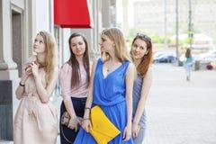 一个美丽的年轻人的画象四名妇女在夏天城市走 库存图片