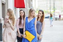 一个美丽的年轻人的画象四名妇女在夏天城市走 图库摄影