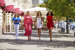 一个美丽的年轻人的画象四名妇女在夏天城市走 免版税库存照片