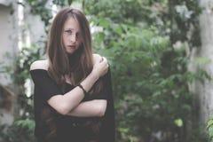 一个美丽的年轻哀伤的goth女孩的画象一被放弃的老的 库存照片