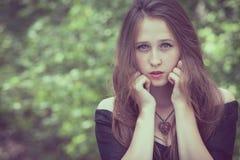一个美丽的年轻哀伤的goth女孩的画象一被放弃的老的 库存图片