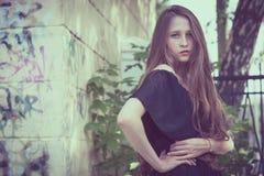 一个美丽的年轻哀伤的goth女孩的画象一被放弃的老的 图库摄影