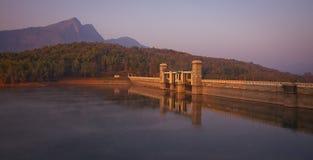 一个美丽的水水坝在Parambikulam印度喀拉拉在黎明 免版税库存照片
