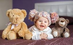 一个美丽的婴孩的画象有长毛绒的戏弄 免版税库存图片