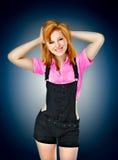 一个美丽的年轻微笑的女孩的画象一件红色衬衣的在b 库存图片
