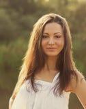 一个美丽的年轻愉快的女孩的画象 免版税库存图片