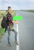 一个美丽的年轻旅游女孩,微笑,捉住一名旅行者 概念:旅行世界,假日,人们,假期 免版税库存照片