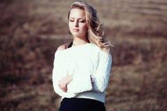一个美丽的年轻白肤金发的女孩的画象领域的 免版税库存图片