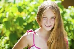 一个美丽的年轻白肤金发的小女孩的画象 免版税库存图片